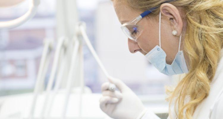 Dentiste pose implant dentaire