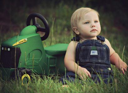 Tracteur et bébé