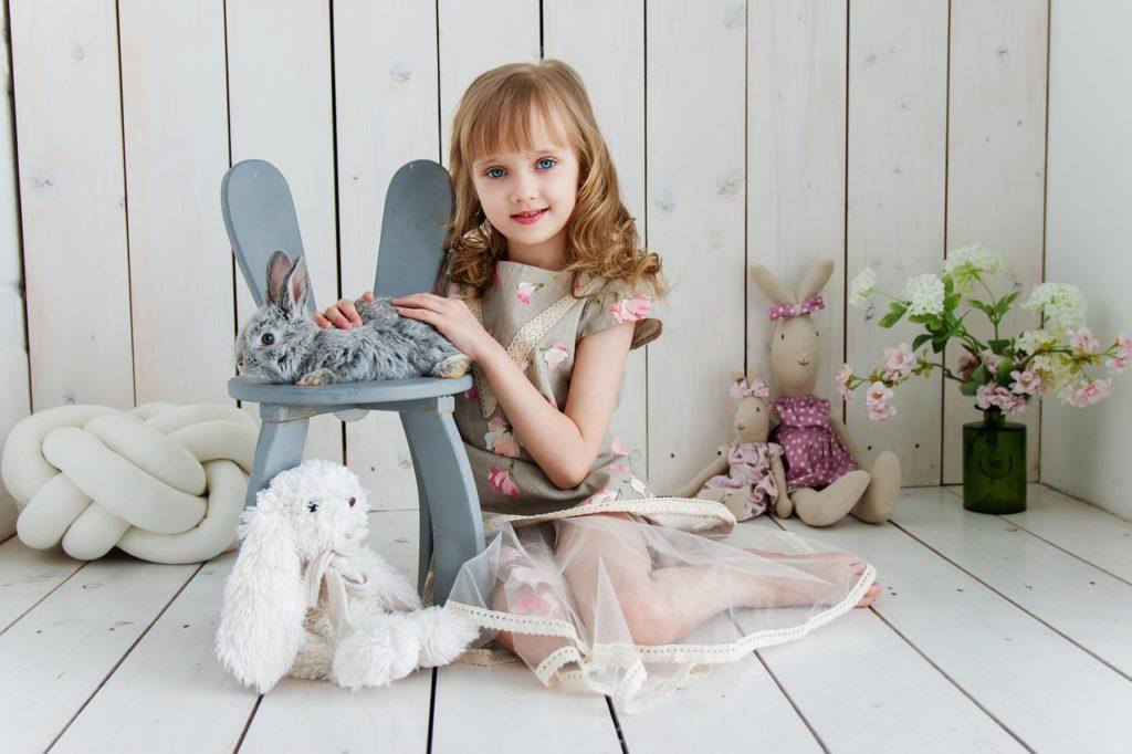 Fille avec jouet