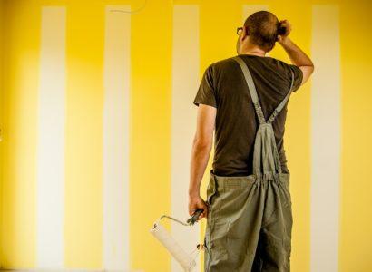 peintre devant un mur